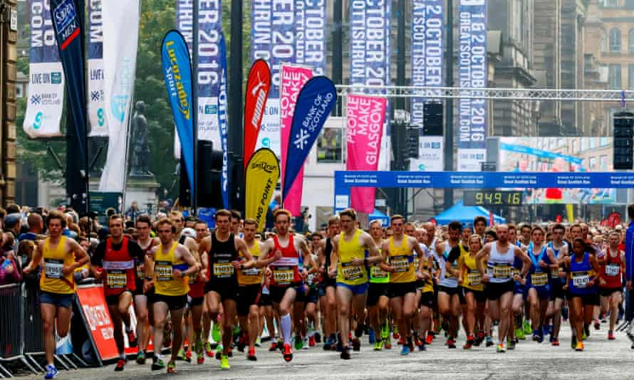 runners running through streets of Glasgow