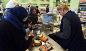 突尼斯妇女在Ben Arous的一家超级市场购物
