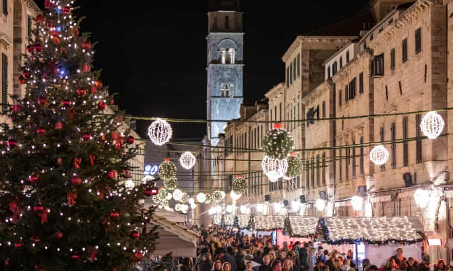 Stradun, Dubrovnik, trees and crowds for winter festival