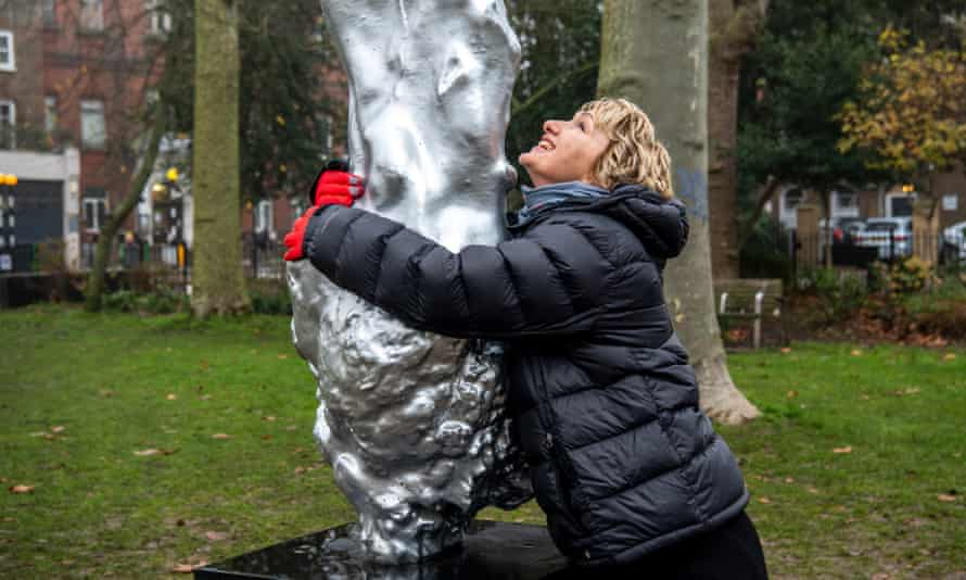 Bee Rowlatt hugging the Mary Wollstonecraft statue