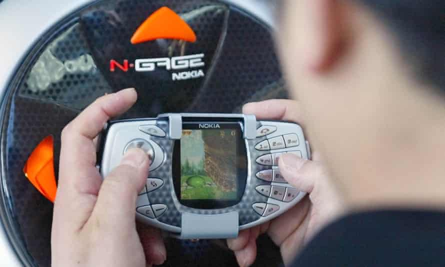 Taco-shaped chassis ... Nokia N-Gage, 2003.