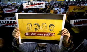 A demonstrator shows a banner in support of Oriol Junqueras, Joaquim Forn, Jordi Sànchez and Jordi Cuixart.