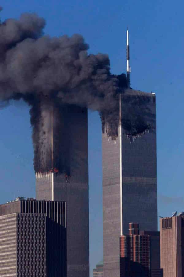أبراج مركز التجارة العالمي تحترق بعد وقت قصير من اصطدامها بالطائرات صباح يوم 11 سبتمبر 2001 في نيويورك.