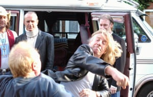 Rick Parfitt throws a punch at Les Battersby while guest-starring on Coronation Street in 2005