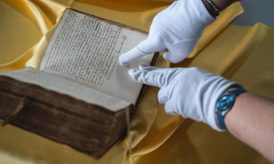 A curator delicately handles Johan van Oldenbarnevelt's diary