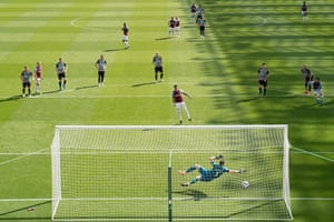 West Ham United's Jesse Lingard fires home from the penalty spot to put the Hammers level.