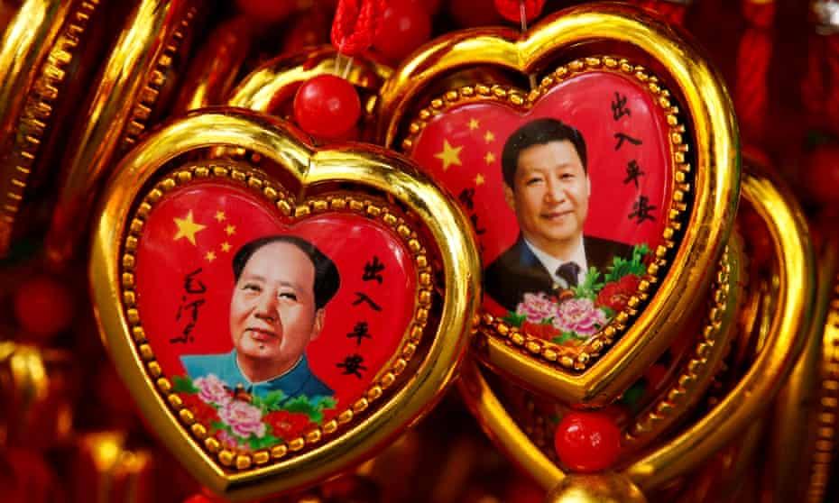 Souvenirs featuring portraits of Mao Zedong and Xi Jinping, Beijing
