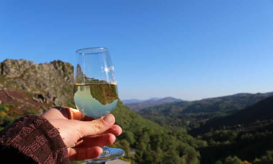 A glass of vinho verde at Restaurante Miradouro do Castelo.