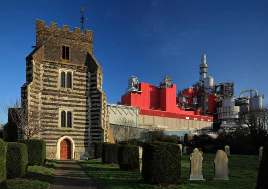 کلیسای سنت کلمنت در West Thurrock ، با کارخانه Procter & Gamble در پشت آن.