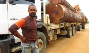 Lucemar Kouchut conduce un envío de troncos.