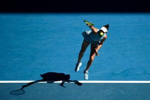 [:en]Australian Open: Osaka downs Williams to succeed in closing, Muchová v Brady– dwell! | Sport[:]