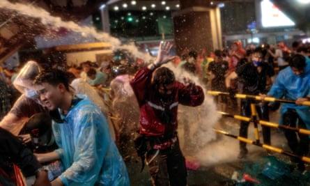Polisi menggunakan meriam air untuk membubarkan pengunjuk rasa selama unjuk rasa anti-pemerintah di Bangkok.