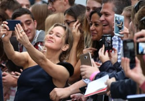 Renée Zellweger poses with fans in Leicester Square