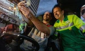 Doria posa para selfie depois de limpar uma praça no centro de São Paulo. Foto: Lopes/Zuma Wire/Rex/Shutterstock