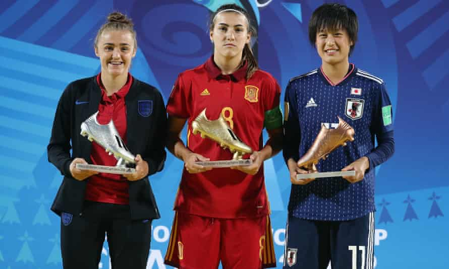 Patri Guijarro stands between the silver boot winner, England's Georgia Stanway, and the bronze boot winner, Japan's Saori Takarada, after top-scoring at the 2018 Women's World Cup