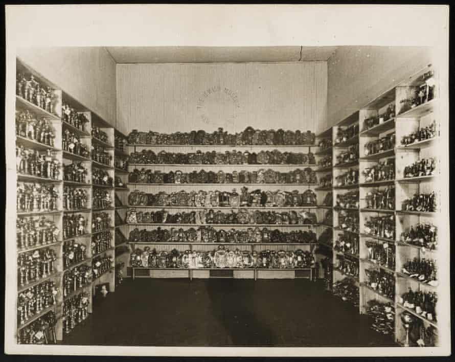 Osierocone przedmioty obrzędowe w magazynie tymczasowym Muzeum Żydowskiego z 1949 r.