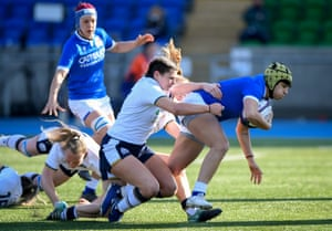 Italy's Beatrice Rigoni scores the opening try despite the efforts of Scotland's Lisa Thomson.