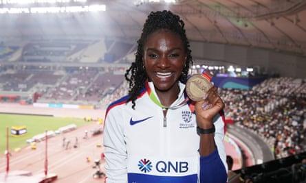 Dina Asher-Smith com sua medalha de ouro de 200m no campeonato mundial de Doha no ano passado.