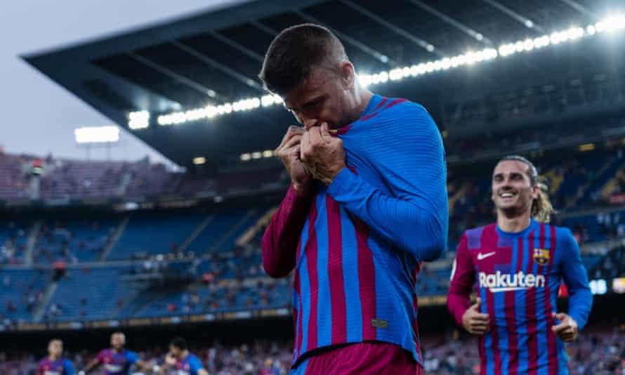 Gerard Piqué kisses the Barcelona badge after scoring against Real Sociedad