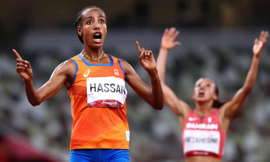 Sifan Hassan finishes ahead of Kalkidan Gezahegne of Bahrain in the women's 10,000m final on Saturday.