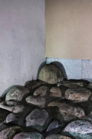 Stones placed underneath balconies in the Sill-Siedlung housing estate in Innsbruck