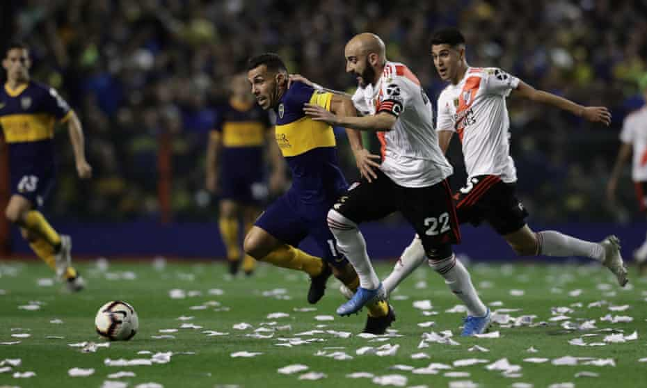 Carlos Tévez tries to get away from River Plate's Javier Pinola.