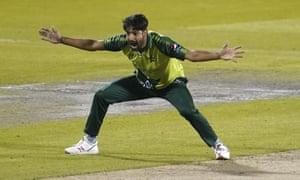 Le Pakistanais Haris Rauf fait appel pour le guichet de l'Anglais Tom Banton.