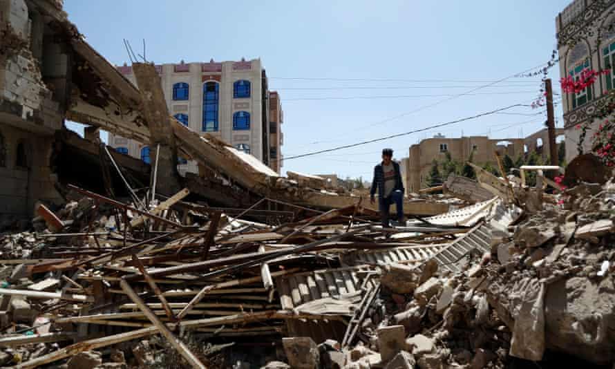 رجل يمني يتفقد منزلا دمر في غارة جوية نفذتها طائرات التحالف بقيادة السعودية في 5 فبراير 2021 في صنعاء.