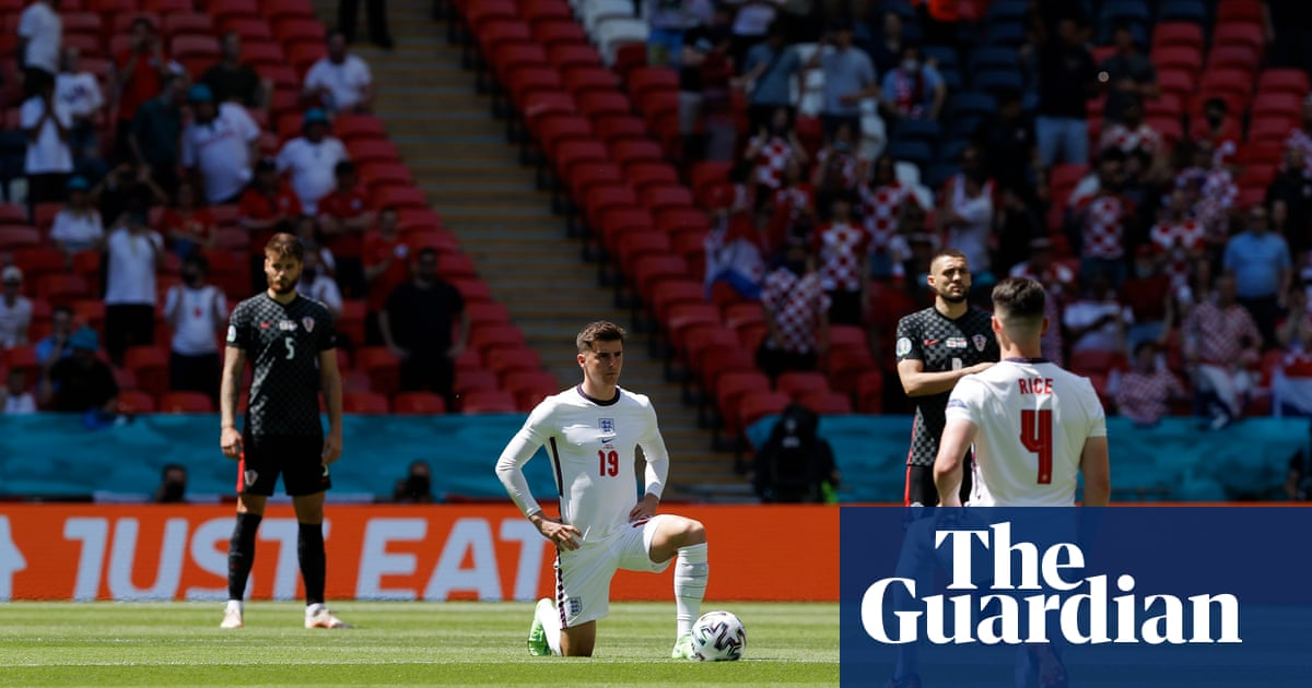 Boos drowned out by applause as England players take knee at Wembley