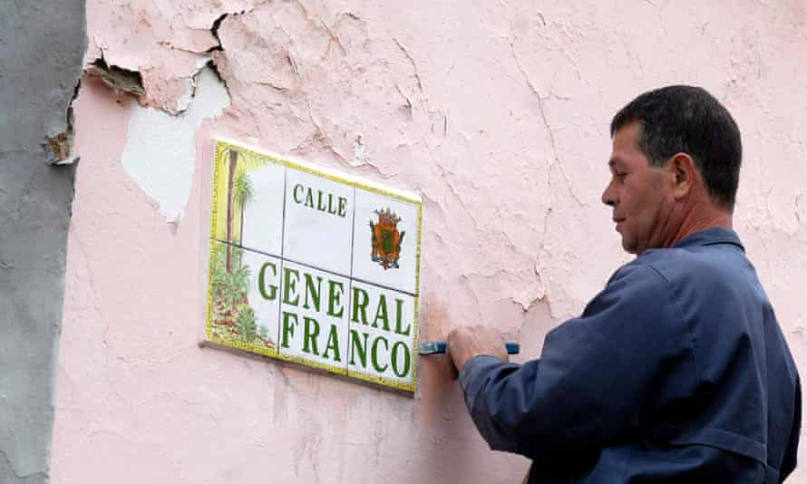 A worker removes the sign for General Franco Street on Gran Canaria in 2006.