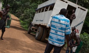 Elong confronts plantation labourers