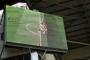 La pantalla grande de Bramall Lane muestra por qué el gol del Sheffield United fue descalificado por la tecnología de asistencia de video durante el partido de la Premier League contra Southampton en septiembre de 2019.