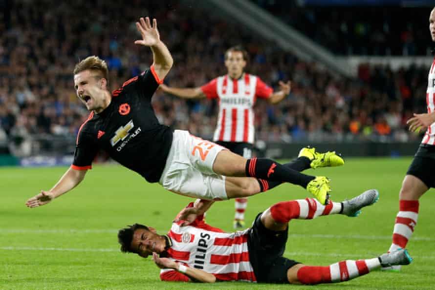 Ο Luke Shaw αμφισβητείται από τον παίκτη του PSV Eindhoven Hector Moreno, με αποτέλεσμα σοβαρό τραυματισμό.