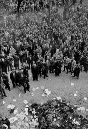 """Entre los pocos edificios saqueados después de la batalla fueron los """"centros culturales"""" del partido comunista.  Un montón de libros y fotografías fueron arrojadas o llevan a cabo para hogueras en las calles"""