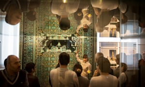 Guide Zoya Masoud, centre, in front of a prayer niche durimng a guided tour at the Pergamon museum