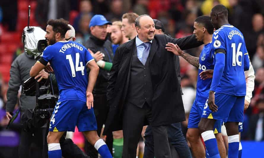 Everton manager Rafael Benítez congratulates his players after their draw at Old Trafford.