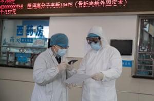 Two doctors talk at Zhuoer Yangtze River emergency hospital