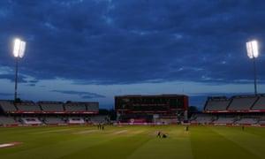 Groundstaff prépare le terrain pour les manches de l'Angleterre.
