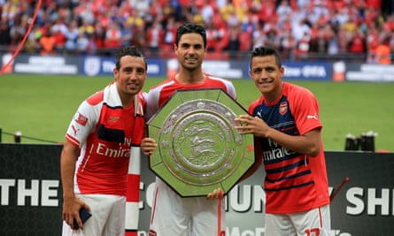 Mikel Arteta with Big Tray after victory as an Arsenal player in 2014.