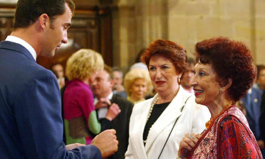 Fatima Mernissi, right, talks to Prince Felipe of Spain after having been awarded the Prince of Asturias Prize for Letters in 2003.