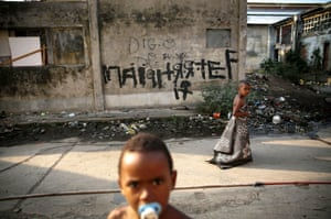 Children outside an occupied building in the Mangueira favela