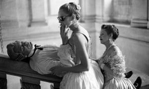John Malkovich, Uma Thurman and Swoosie Kurtz on the set of Dangerous Liasons, at Château de Maisons-Laffitte in France, 1988