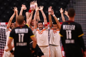 Spain players defend against a free throw.