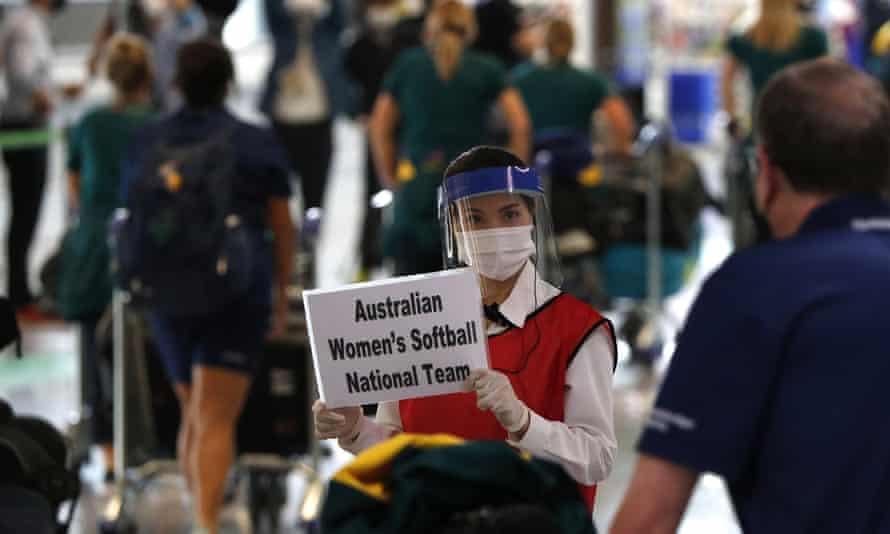 女性は空港で識別されます。