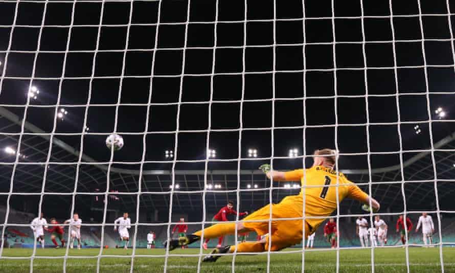 راهی اشتباه از روی نقطه پنالتی فرانسیسکو Trincaosends آرون رامسداله از پرتغال برای زدن گل دوم تیمش در پیروزی 2-0.