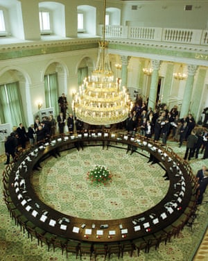 Past and present Polish politicians gather at the Presidential Palace on 6 February 1999 to mark the 10th anniversary of the round table talks.