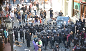 City police clash with artisans demonstrating peacefully at the Feria de San Telmo in March 2019.