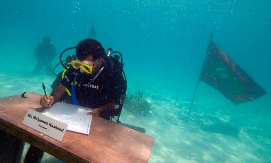 Maldives' Mohamed Nasheed signs a declaration during the first underwater cabinet meeting in the Maldives, 17 October 2009