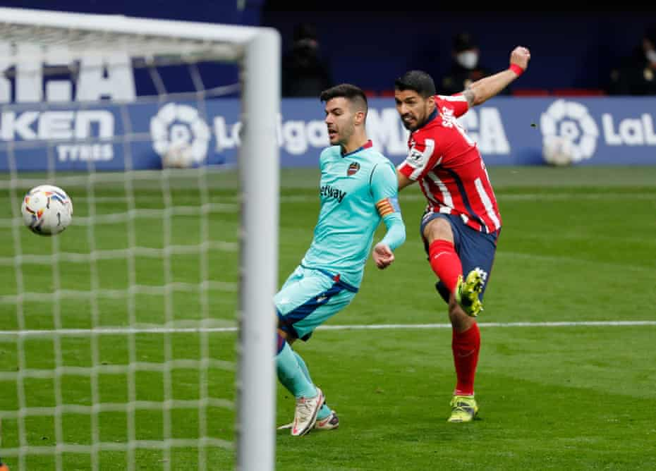 Luis Suárez takes a shot at goal during the 2-0 home defeat by Levante.
