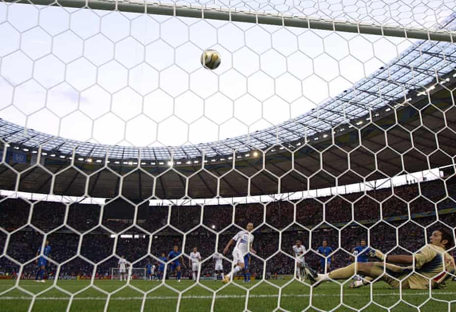Zidane scores with a Panenka penalty.